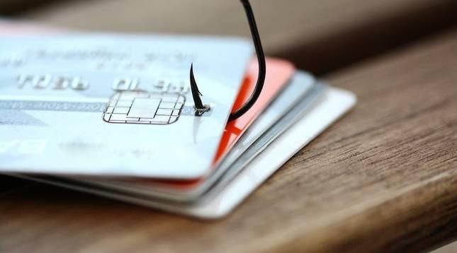 ¿Puede mi banco enviarme una tarjeta de crédito que no le he pedido?