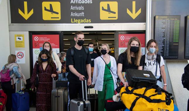 Turistas llegando al aeropuerto de Mallorca.