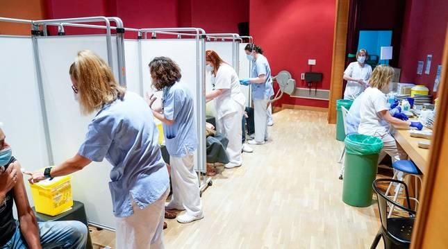 Trabajadoras sanitarias inoculan a pacientes la primera dosis de la vacuna de Pfizer en el Hospital Severo Ochoa de Leganés.