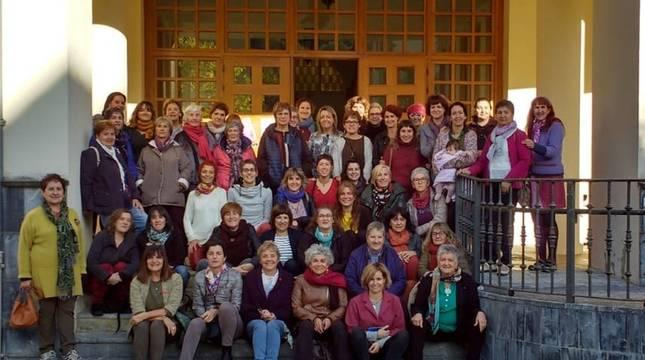 OCTUBRE DE 2019. Foto de familia del que es el último Encuentro de Mujeres del Pirineo hasta la fecha, celebrado en la Casa del Valle de Aezkoa, en Aribe