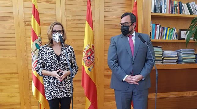 El vicepresidente y consejero de Presidencia, Javier Remírez, y su homóloga en el Gobierno de Aragón, Mayte Pérez, atendiendo a los medios tras su reunión.