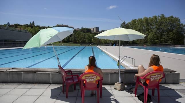 Dos socorristas, en las piscinas exteriores de Aranzadi.