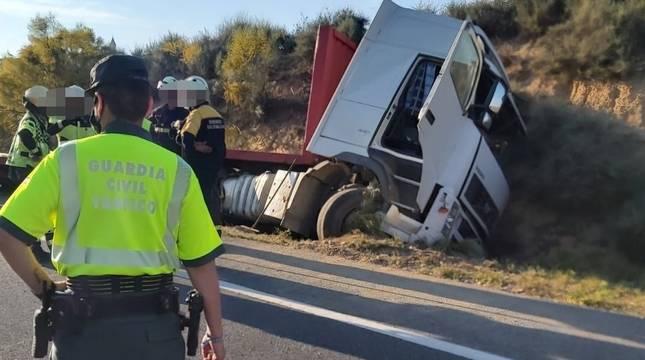 Camión accidentado en Cárcar.