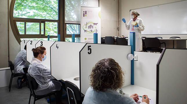 Varias personas participan en un proyecto anterior en el interior de un aula de la UPNA.