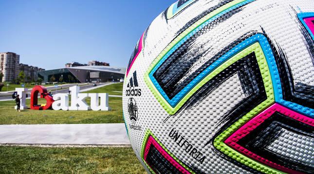 El balón oficial anuncia el comienzo de la Eurocopa 2020 ante el centro cultural Heydar Aliyev de Bakú