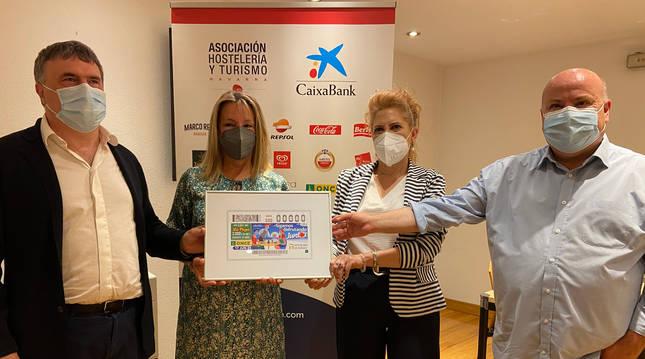 Valentín Fortún, Ana Berian, Pilar Herrero y Nacho Calvo en la entrega del cupón en Navarra.