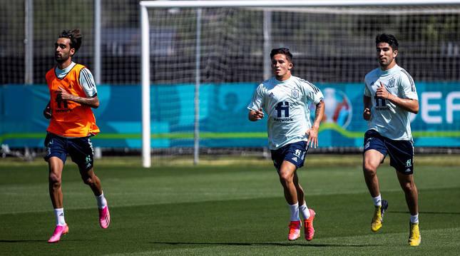 Brais Mendez, Yeremi Pino y Soler calientan en uno de los campos de la Ciudad del Fútbol de Las Rozas.
