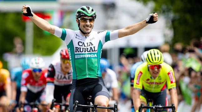 Jon Aberasturi alza los brazos al entrar vencedor en la meta de Krsko (Vuelta a Eslovenia).