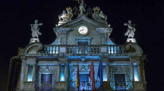 El Ayuntamiento ilumina hoy viernes de color azul la fachada de la Casa Consistorial