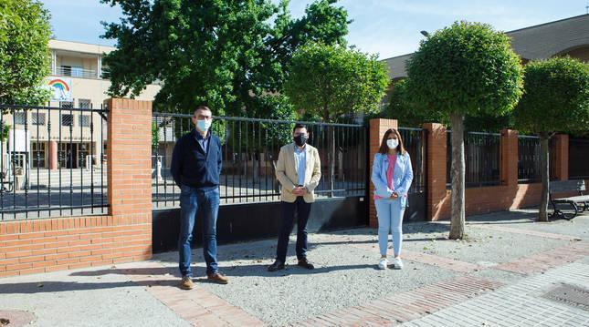 El director general de Administración Local y Despoblación, Jesús María Rodríguez, la alcaldesa de Buñuel, Mayte Espinosa, y el concejal Enrique Litago, ante la residencia de ancianos.