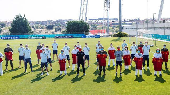 Parte del cuerpo técnico de la selección español de fútbol posa con profesionales sanitarios del Ejército que han vacunado a los futbolistas.
