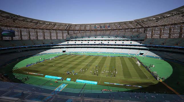 Vista general del entrenamiento de Gales en el Estadio Olímpico de Bakú la víspera de su estreno en al Eurocopa 2020 contra Suiza.
