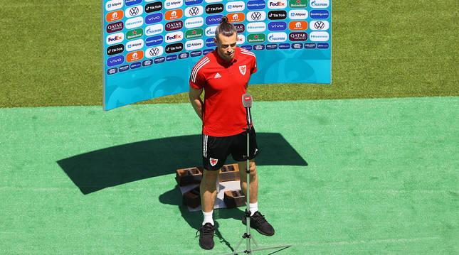 Gareth Bale atiende a los medios en el Estadio Olímpico de Baku.