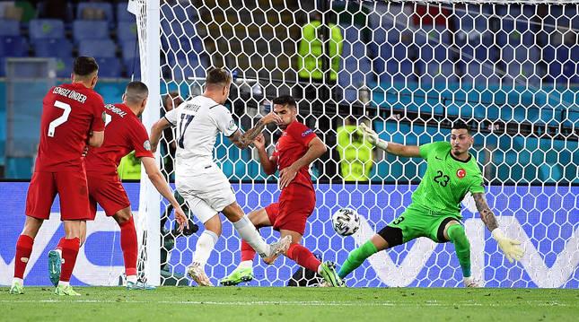 Momento en el que el atacante italiano Ciro Immobile golpea el esférico para poner el 0-2 en el marcador.