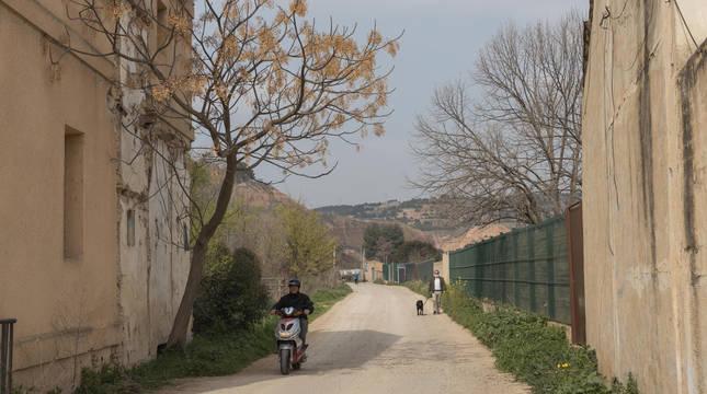 Camino sin asfaltar junto a la acequia del Molinar en Tudela.
