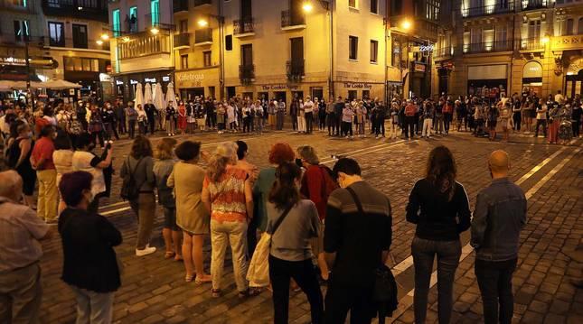 Un momento de la concentración silenciosa en la Plaza Consistorial de Pamplona.