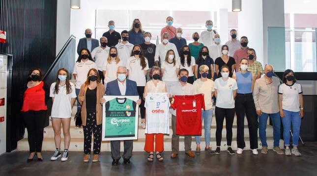 La consejera Rebeca Esnaola y el director gerente del IND posan con las jugadoras de Osasuna (fútbol), Ardoi (baloncesto) y Beti Onak (balonmano).
