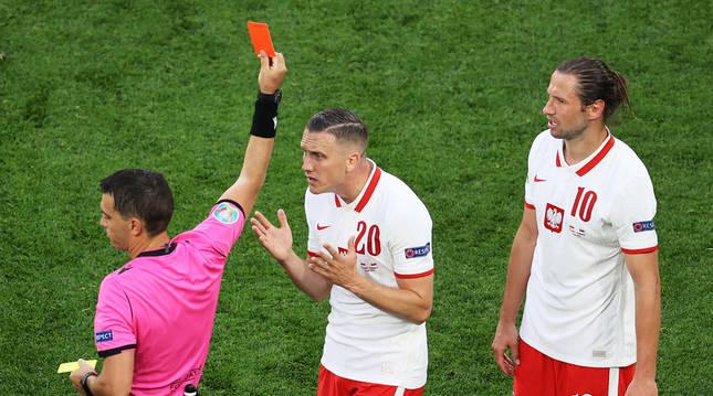 Momento en el que el colegiado rumano Ovidin Hategan expulsa al polaco Krychowiak dejando a su selección con diez.