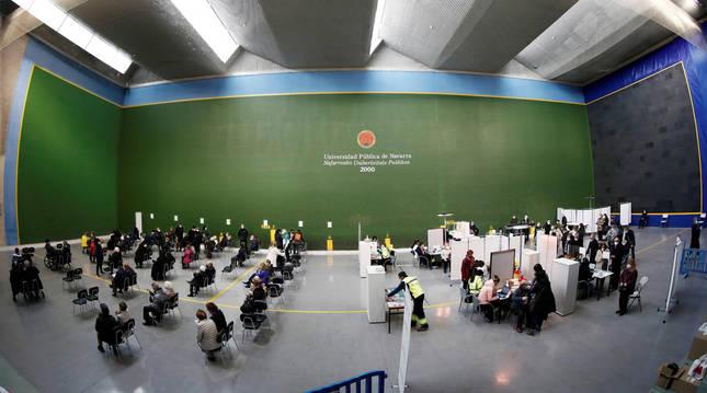 Vacunación en el polideportivo de la UPNA, en Pamplona.