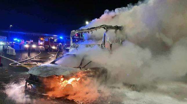 El coche y el camión, calcinados tras el accidente.
