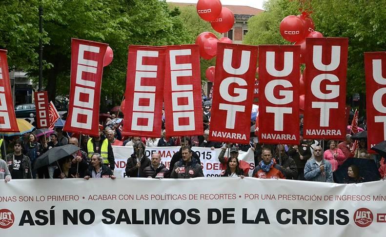 """Miles de personas, convocadas por UGT y CCOO de Navarra, se han  manifestado en Pamplona este viernes, Día Internacional del Trabajo,  para reivindicar un cambio """"radical"""" de las políticas económicas  actual."""