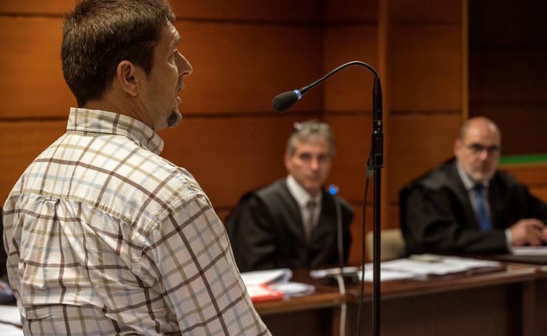 José Manuel Francisco (i), entrenador gallego de la trainera de Urdaibai en 2010, declara en la Audiencia Provincial de Vizcaya.