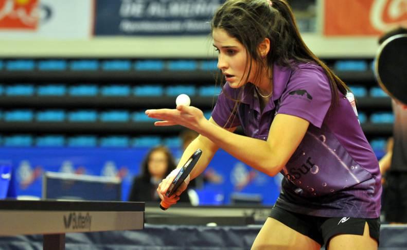 Paula Bueno durante la disputa de un partido de tenis de mesa.
