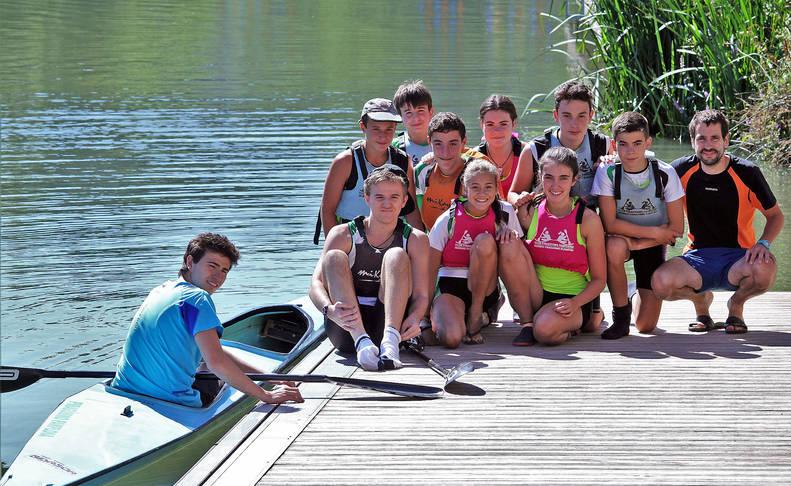 Los jóvenes piragüistas durante una mañana en el río Arga.