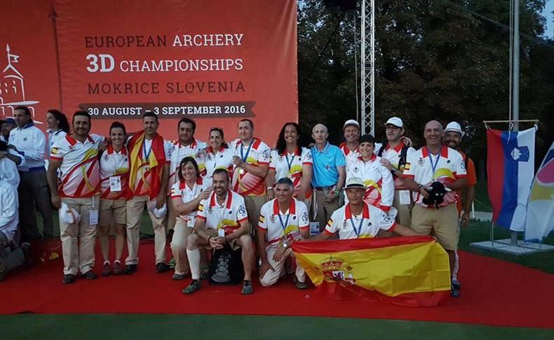 Encarna Garrido, rodeada por los miembros de la selección española.