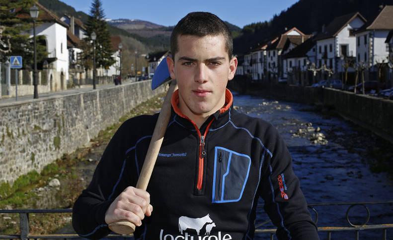 Iker Vicente, en el puente de su pueblo, Ochagavía.