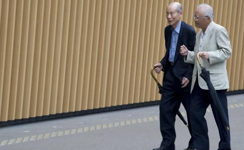 Dos ciudadanos pasean por Tokio.