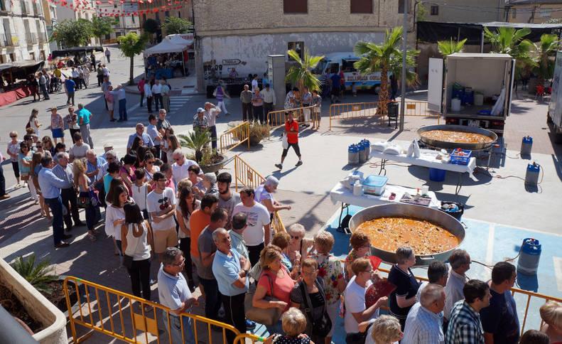 Numerosas personas forman una fila para poder degustar el arroz de Arguedas, protagonista absoluto en la jornada festiva celebrada ayer.