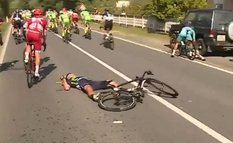 Adriano Malori, en el suelo, tras caerse en la Milán-Turín.