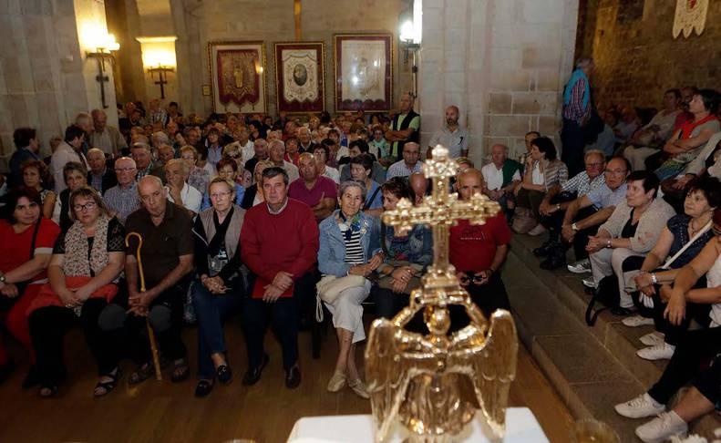 Cientos de personas abarrotaron el templo del santuario de San Miguel en el día grande. En la foto, la misa mayor de las 12.30.