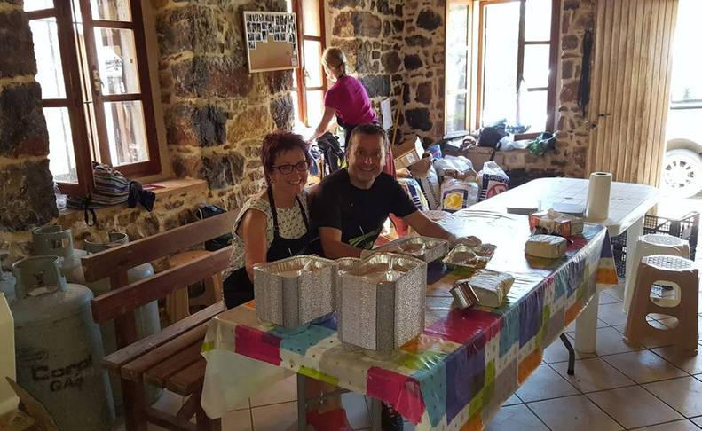 Sagrario Lasarte y Andoni Sagastibeltza, preparando bandejas de comida el pasado verano, en Chios.