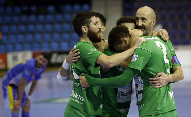 Jugadores del Magna celebran un gol marcado en el Pabellón Anaitasuna