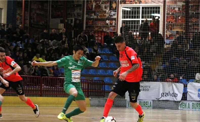 Antoñito disputa un balón en una acción del partido frente a Magna.