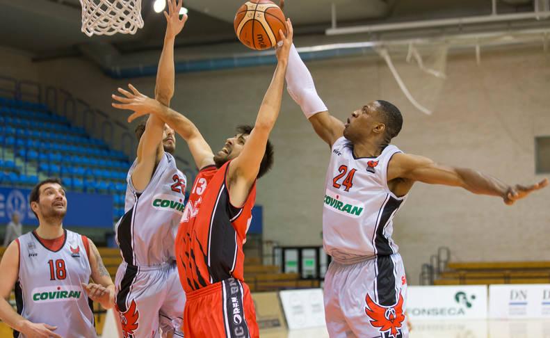 Adrián García trata de lanzar ante la oposición de la defensa rival.