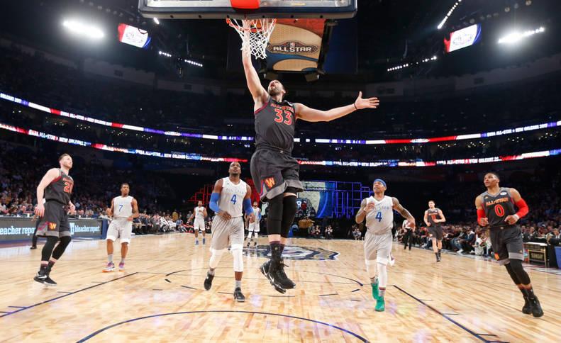 Imagen de Marc Gasol, en el equipo de la Conferencia Oeste, entra a la canasta durante el Partido de Estrellas de la NBA en el Smoothie King Center de Nueva Orleáns
