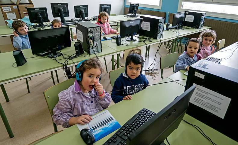 Niños en un aula del colegio de Los Arcos, en una imagen tomada durante el curso pasado.