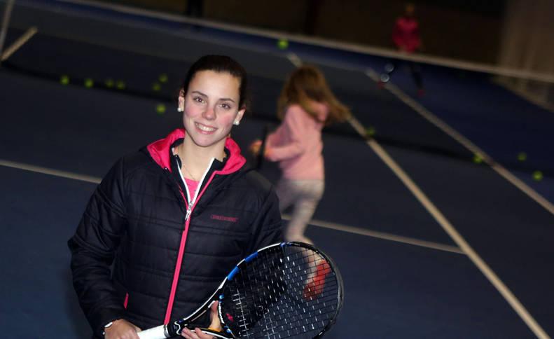 La extenista profesional navarra Marta Sexmilo, sonriente en las instalaciones de Oberena donde ejerce de entrenadora.