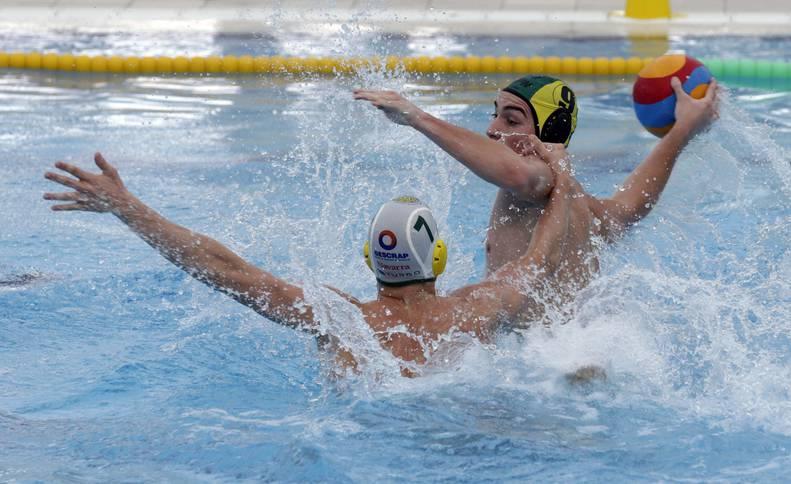 El jugador del Waterpolo Navarra, ante un rival en un partido anterior.