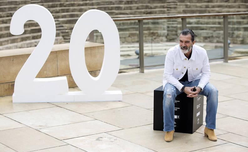Antonio Banderas posando frente al Teatro Romano de Málaga
