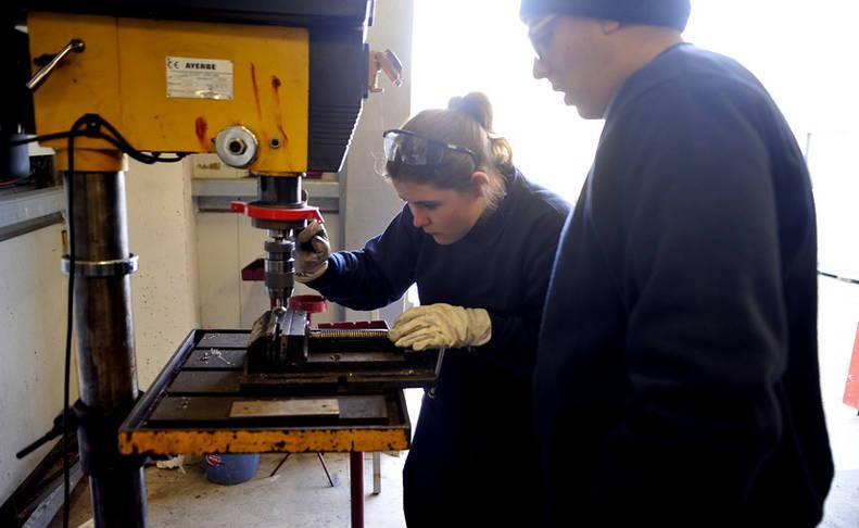 Dos alumnos el año pasado en la escuela taller Ribera Alta.