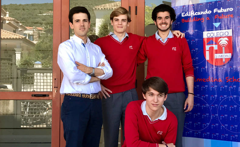 Foto del equipo de ganador de Vidiomas 2017, del Colegio Almedina de Córdoba: Los alumnos Manuel González, Antonio González, Hugo Muñoz y el profesor Manuel Altamirano (con camisa blanca).