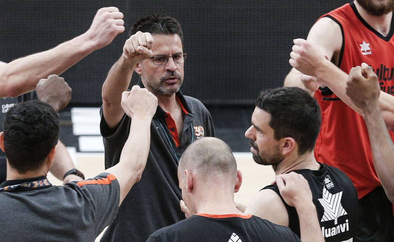 Pedro Martínez junto a sus jugadores en un tiempo muerto