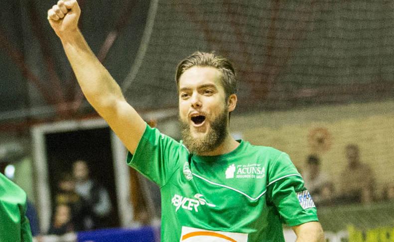 Víctor Arévalo celebra un gol con el Xota.