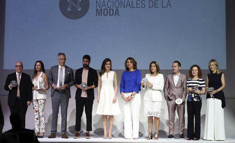 Foto de la Reina Letizia posa con los galardonados con los IV Premios Nacionales de la Moda.