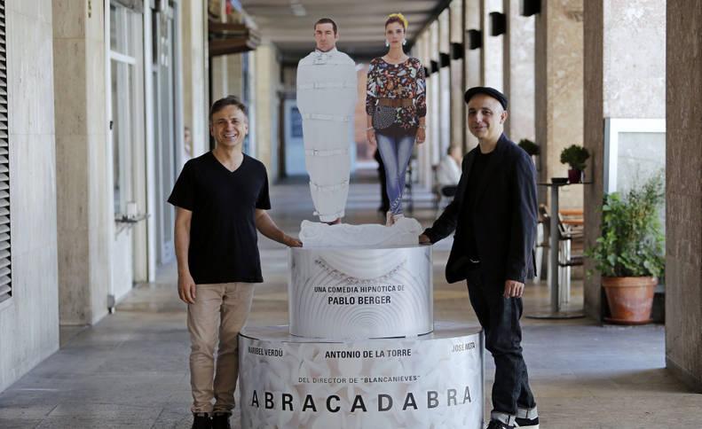 Imagen del director de cine Pablo Berger (d) y el actor José Mota (i) posan junto al cartel de 'Abracadabra'.