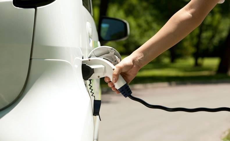La recarga de un coche eléctrico
